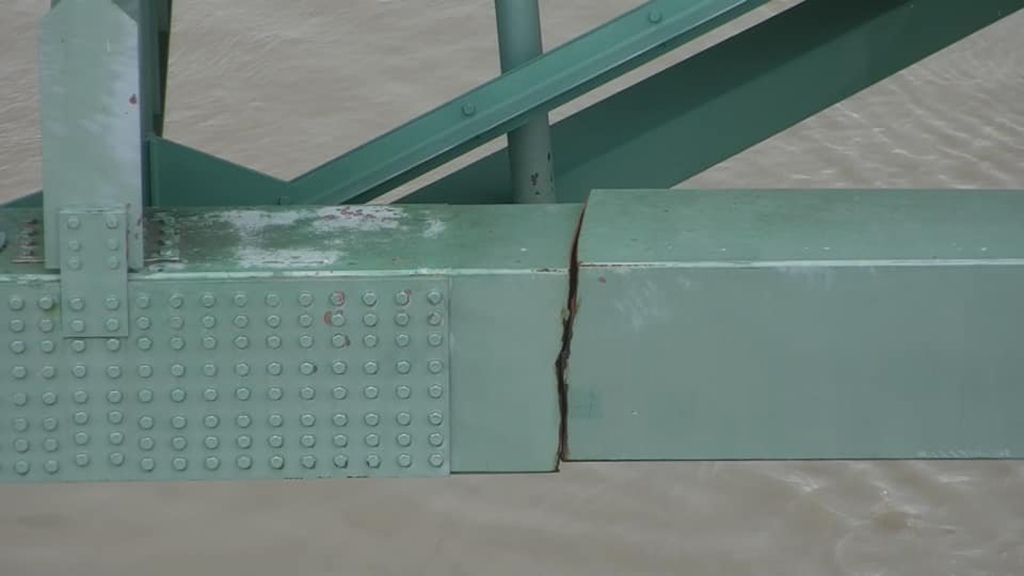 Vital Memphis bridge shut down after officials find structural crack